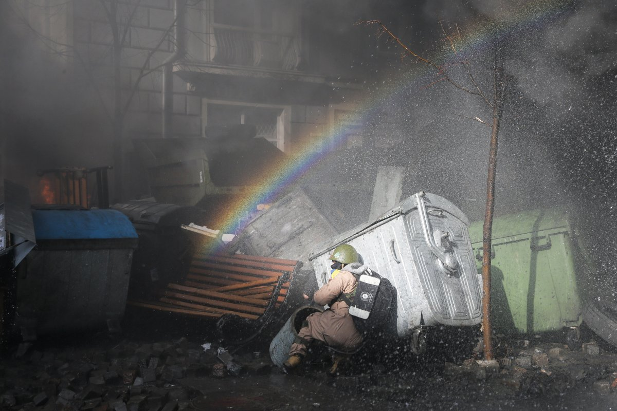 ukraine-protesters-protect-themselves-behind-anything-they-can